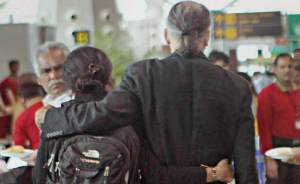 Tarun_Tejpal_with_wife_at_airport_650